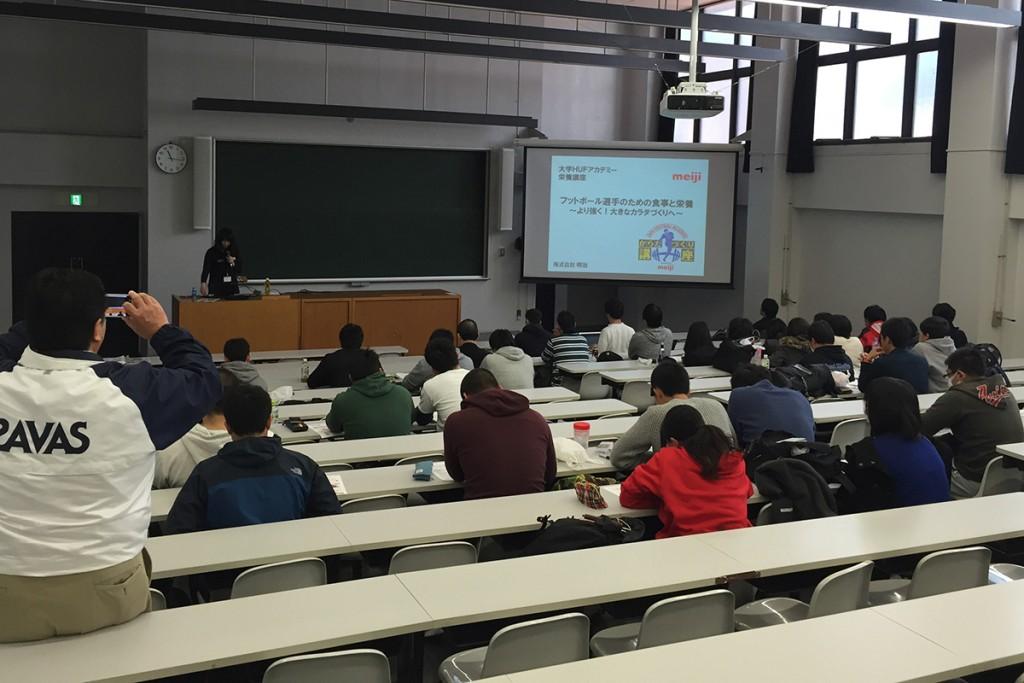 株式会社明治の堀野円・管理栄養士による食事と栄養補給に関するレクチャー(写真提供/JAFA)